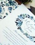 detalle de la corona de flores azules de la invitacion de boda romantica pintada en acuarela