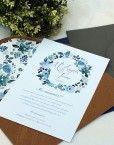 Invitaciones de boda romanticas y vintage con una corona de flores azules pintadas en acuarela