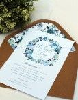 Invitaciones de boda con una corona de flores azules de estilo vintage pintadas en acuarela consobre kraft