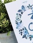 Mesero con corona de flores azules para una boda romantica y sencilla e inspirada en la técnica de la acuarela