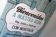 Texto del cartel de bienvenida de estilo vintage con jaulas y fondo de madera