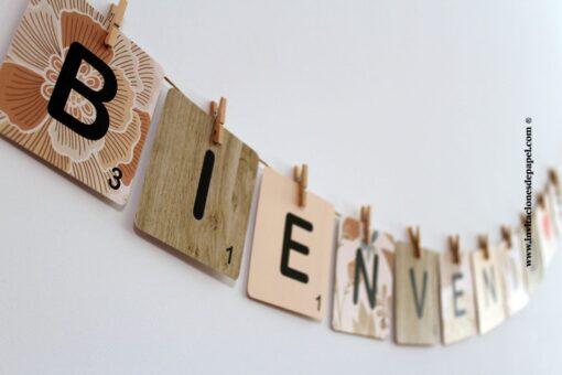 Cartel de bienvenida para decorar una boda con letras de scrabble con fondo