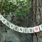 Da la bienvenida a los invitados a tu boda o evento con las letras de scrabble colgadas de pinzas